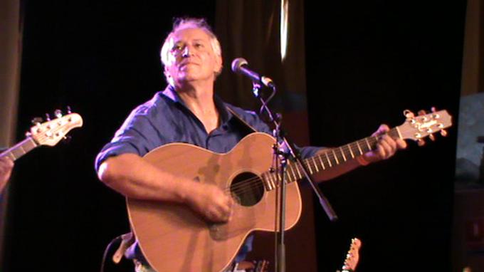 Alain Serres chant et joue de la guitare